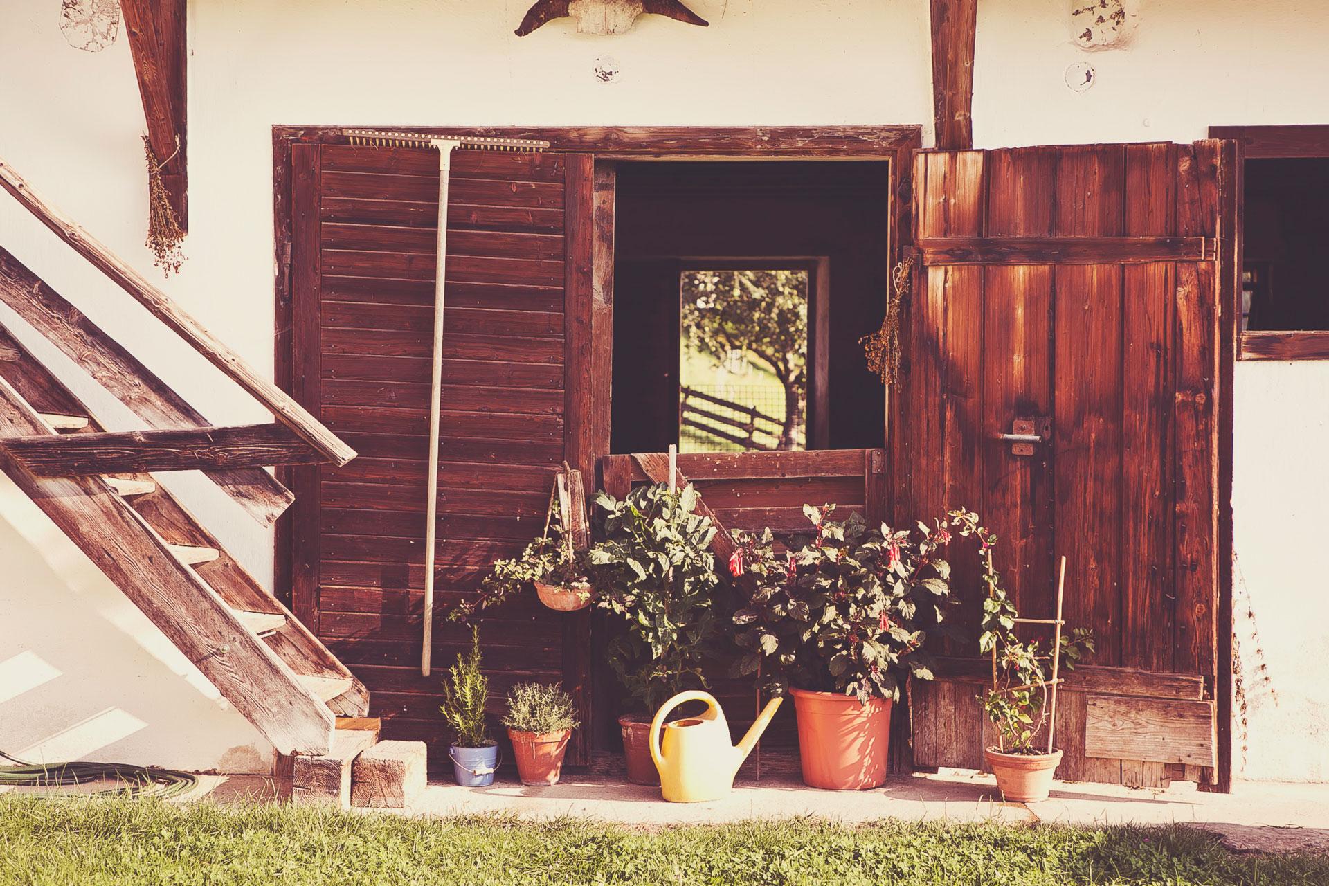 Unser Schafstall durch die alten Holztüren
